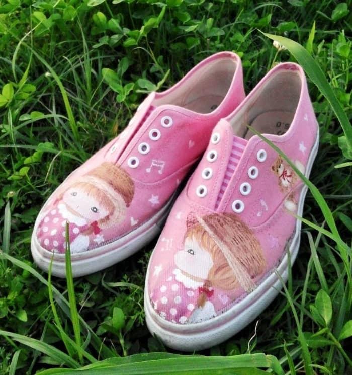 淡いピンクの手描きスニーカー_女の子